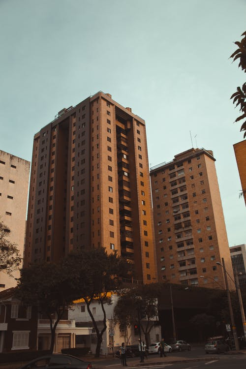 Безкоштовне стокове фото на тему «архітектура, багатоповерховий, будівлі, квартири»