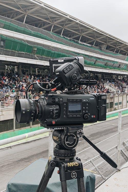 giá ba chân, kính ngắm, máy quay phim