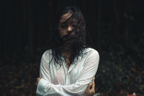 bir başına, hüzünlü, ıslak, Kadın içeren Ücretsiz stok fotoğraf
