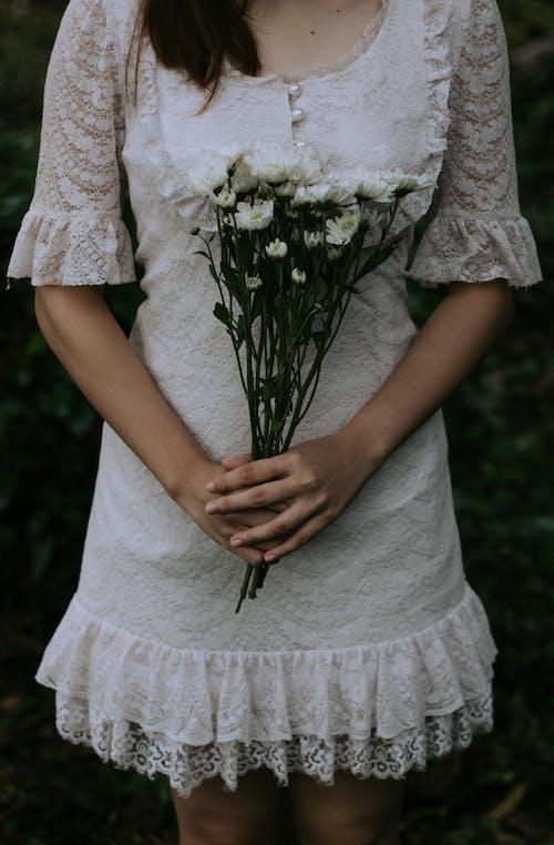 คลังภาพถ่ายฟรี ของ จับ, ชุดลูกไม้, ชุดเดรสสีขาว, ดอกไม้
