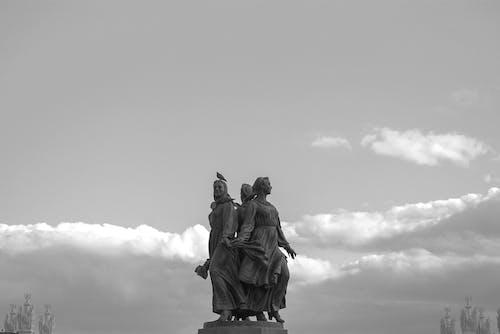 Ingyenes stockfotó ég, emlékmű, fekete-fehér, felhők témában