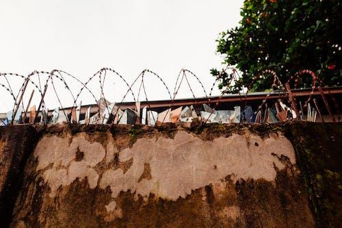 Darmowe zdjęcie z galerii z architektura, beton, bezpieczeństwo, druty kolczaste