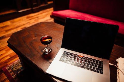 Darmowe zdjęcie z galerii z biurko, ciemny, drewniany stół, drink