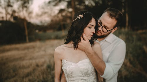Neu Mi Paar Auf Einem Braunen Feld