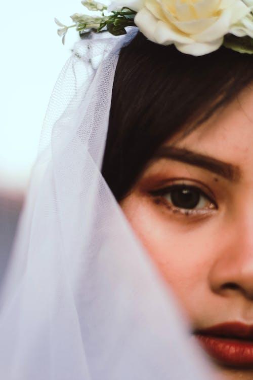 Close Upfotografie Van Een Meisje Dat Een Witte Sluier Draagt