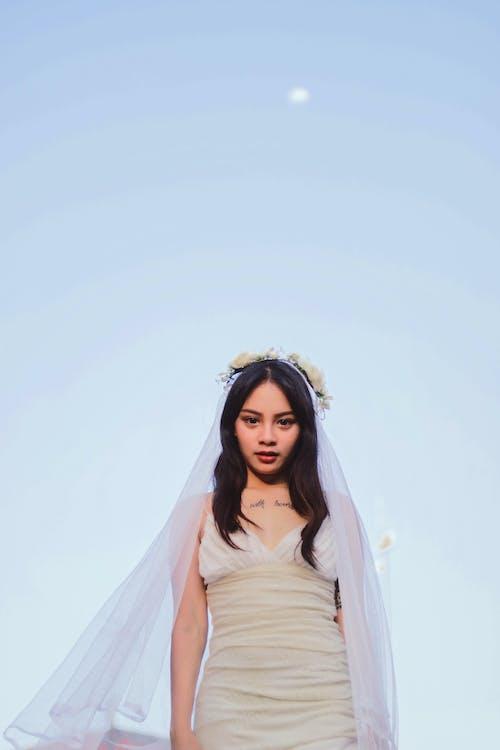 女人, 白色, 白色洋裝, 看著 的 免费素材照片