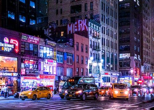 Gratis arkivbilde med gatefotografi, gul taxi, natt, nattby
