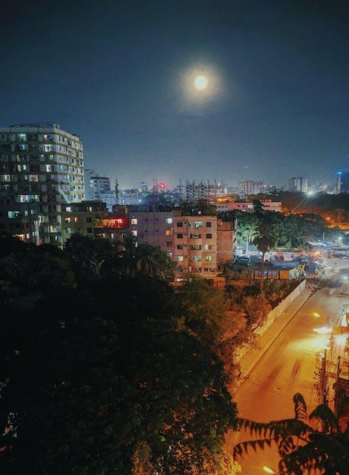 Ingyenes stockfotó éjszakai város, neonfények, telihold témában