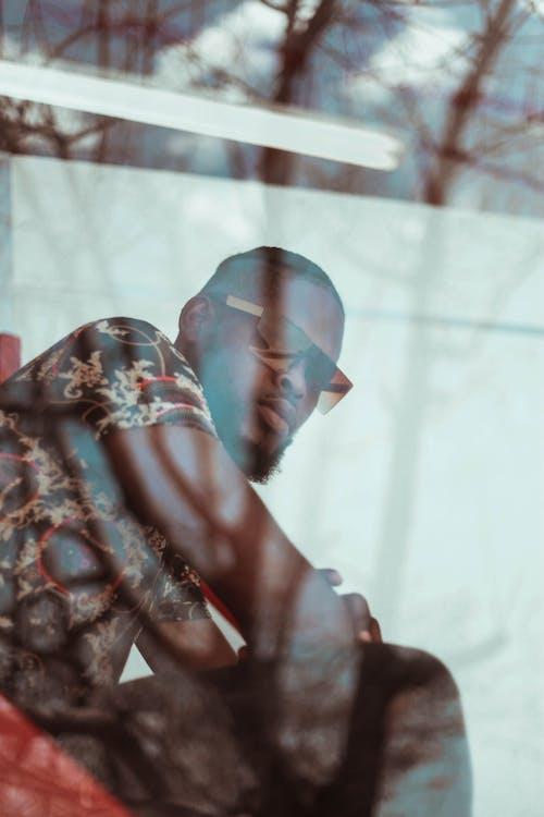Kostnadsfri bild av afroamerikansk man, ansiktshår, blommig, fotografering