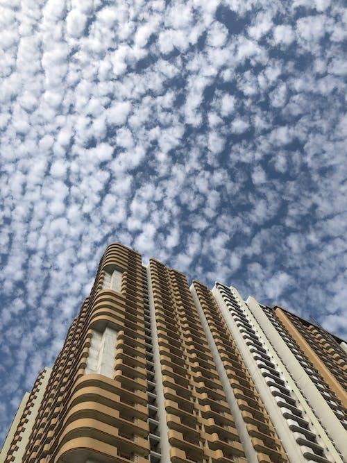 Foto d'estoc gratuïta de crema, edifici alt, groc, marró