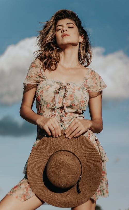 休閒裝, 咖啡色頭髮的女人, 太陽帽, 女人 的 免费素材照片