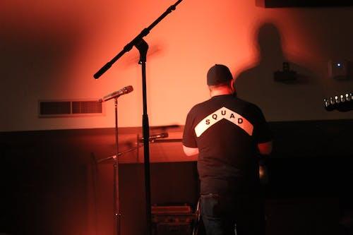 Foto d'estoc gratuïta de esdeveniment, esquadró, guitarra, home de peu