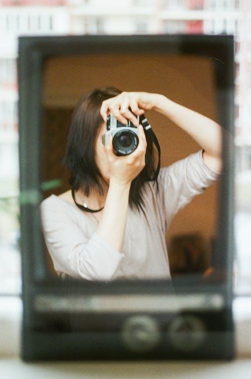 Gratis lagerfoto af analogt kamera, close-up, dagtimer, dame