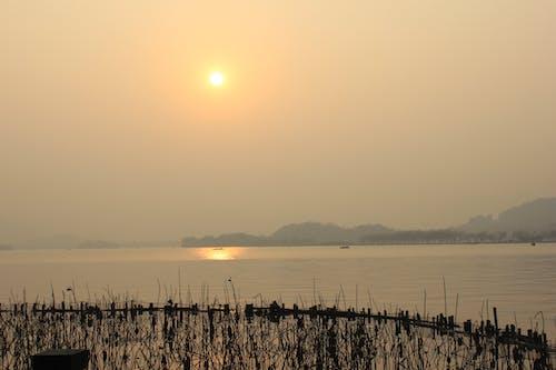 คลังภาพถ่ายฟรี ของ ตะวันลับฟ้า, ท้องฟ้ายามพระอาทิตย์ตก, ทะเลสาป, ฤดูใบไม้ร่วง