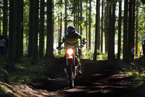 aksiyon, arazi motosikletçisi, arazi motosikleti, enduro içeren Ücretsiz stok fotoğraf