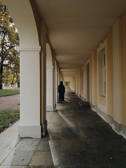 Koridorda Yürüyen Siyah Bornozlu Adam