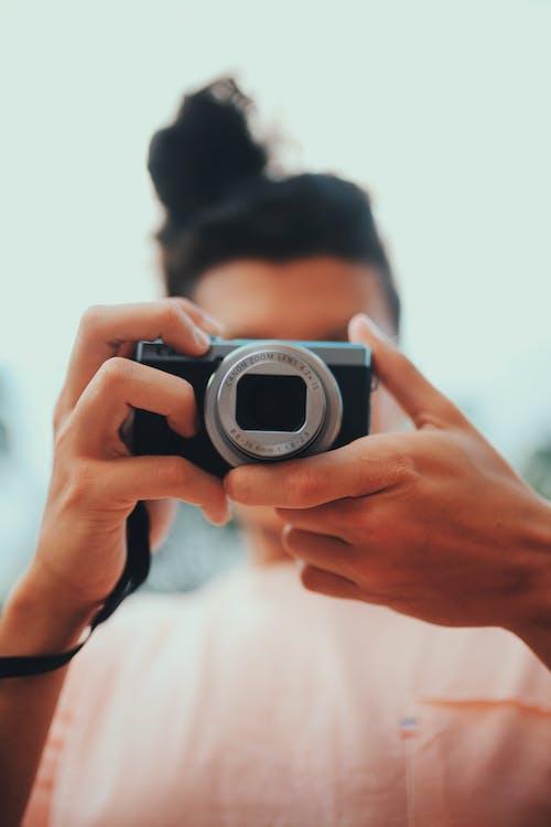 Photos gratuites de appareil photo, homme, individu, photographier