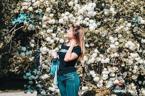 Frau, Die Schwarzes Hemd Mit Rundhalsausschnitt Und Blaue Jeans Trägt