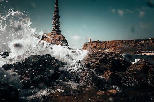 岩に水しぶきを上げる海
