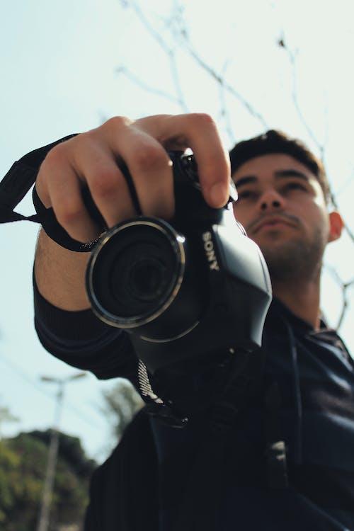 Ilmainen kuvapankkikuva tunnisteilla brasilia, hämärtää taustaa, kamera, käsi