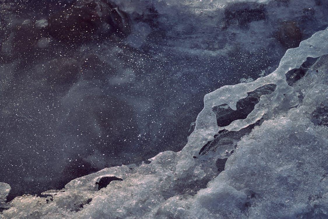 couvert de neige, eau, enneigé