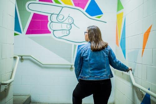 Darmowe zdjęcie z galerii z ceglana ściana, kobieta, kurtka, mur