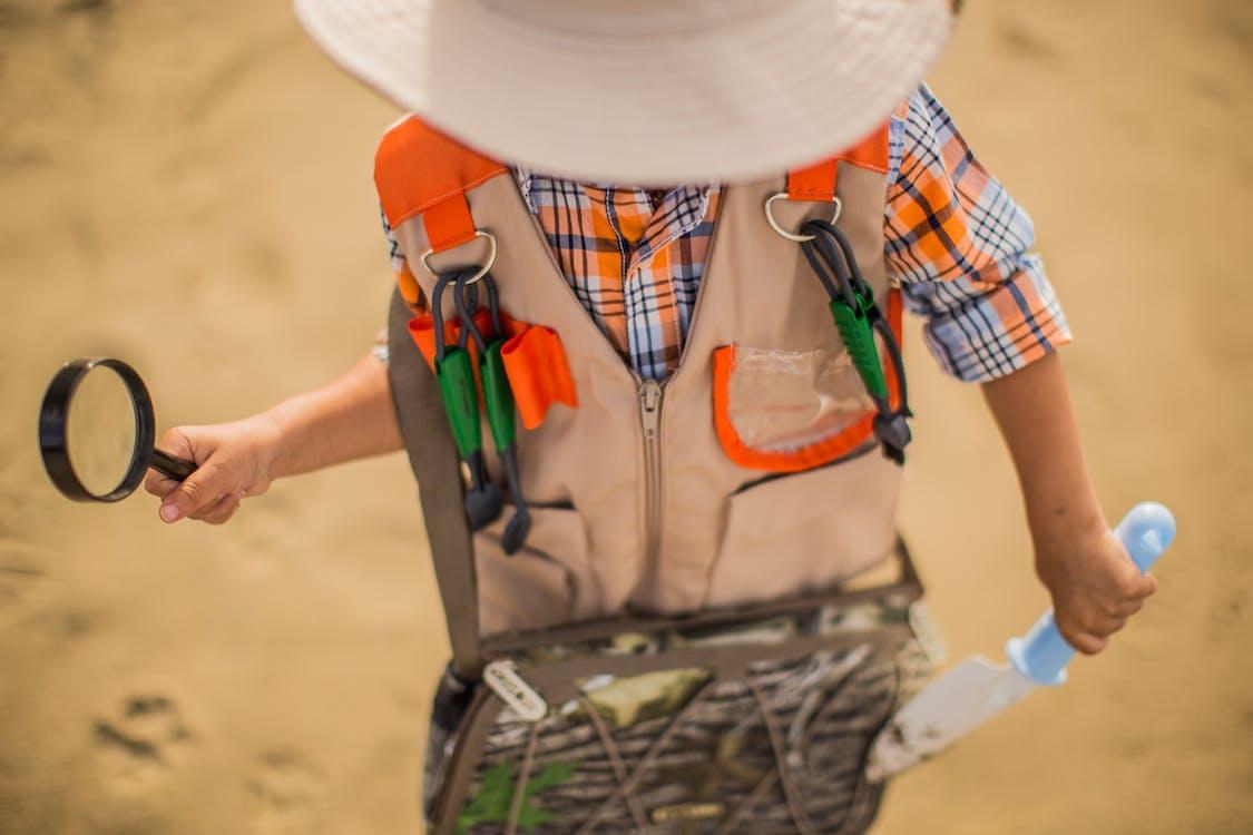 Junge Trägt Braune Und Orange Jacke