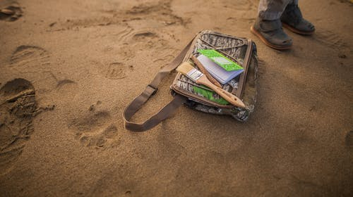 Foto profissional grátis de alforje, ao ar livre, areia, beira-mar