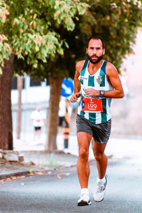 Athlet, Der Aktive Sportkleidung Trägt, Die In Der Straße Läuft