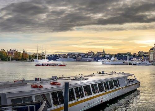 Gratis arkivbilde med båt, bysentrum, ferge, skyer