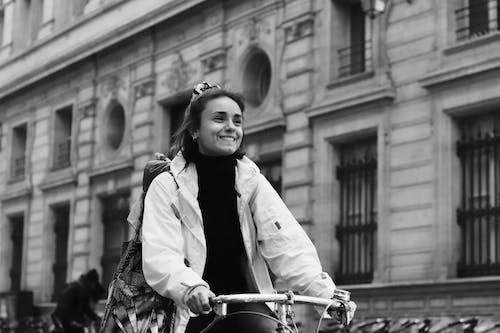 Foto profissional grátis de alegre, andar a cavalo, bicicleta, bonita