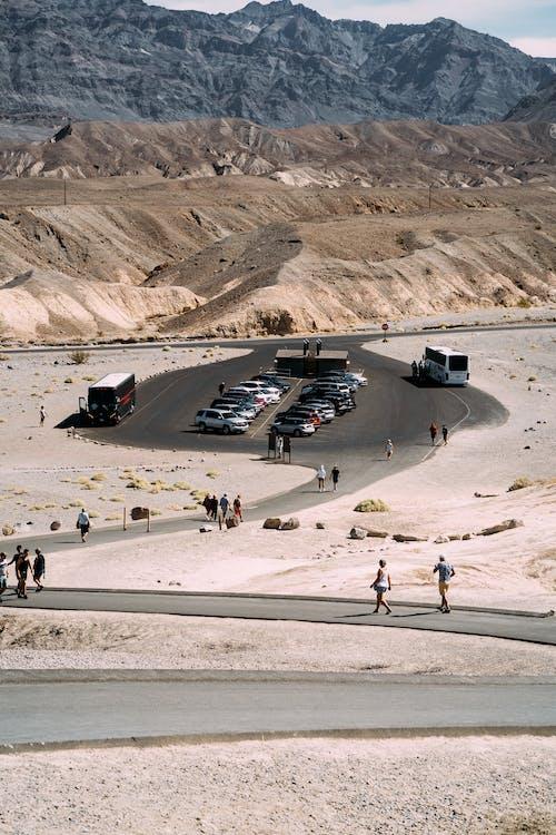 Foto stok gratis bis-bis, gunung, gurun pasir, jalan