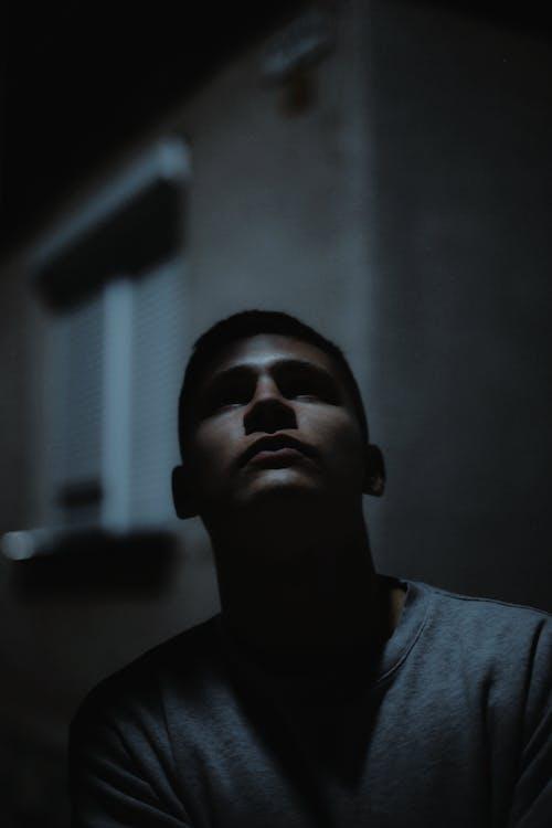 Kostenloses Stock Foto zu 50mm, dunkel, gesicht, junge