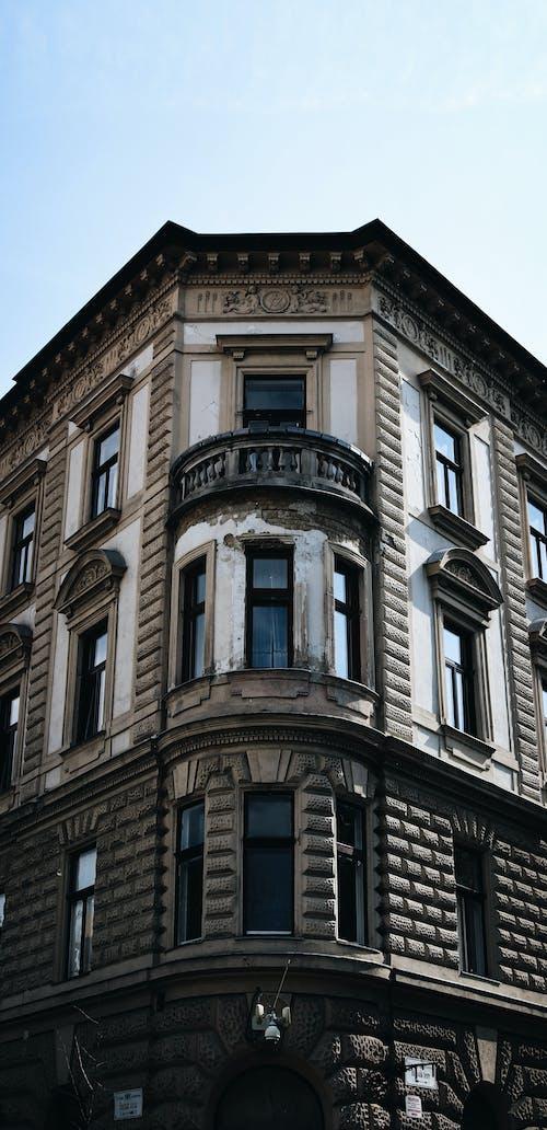 Kostenloses Stock Foto zu alt, blauer himmel, budapest, fenster