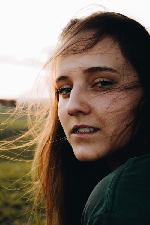 Darmowe zdjęcie z galerii z arena, fotografia portretowa, niebieskie oczy, urocza dziewczyna
