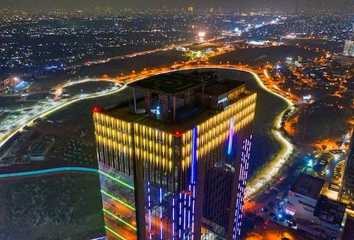 akşam, akşam karanlığı, apartman binası, aydınlatılmış içeren Ücretsiz stok fotoğraf