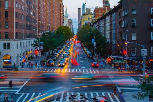 Foto profissional grátis de arquitetura, automóveis, brooklyn, cair da noite