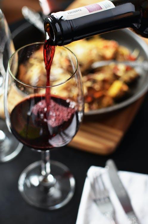 červené víno, datle, datum