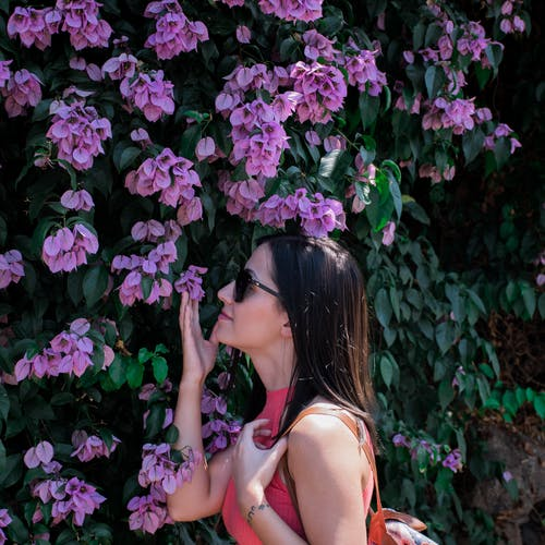 夏天, 女孩, 年輕女子, 盛开的鲜花 的 免费素材照片