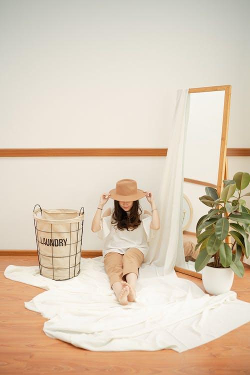 Kostenloses Stock Foto zu drinnen, frau, person, spiegel