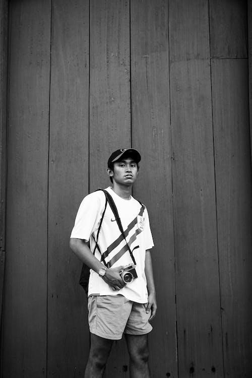 Foto profissional grátis de câmera, de pé, escala de cinza, expressão facial