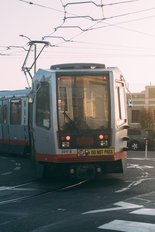 Бесплатное стоковое фото с дорога, локомотив, трамвай, трамвайные пути