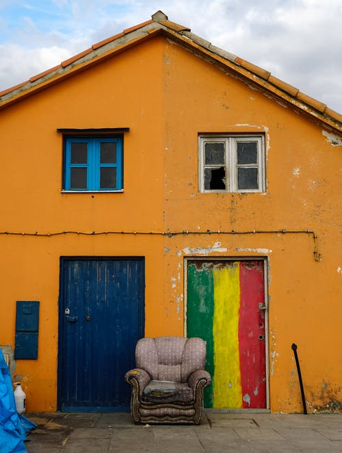 Δωρεάν στοκ φωτογραφιών με αρχιτεκτονική, αστικός, εγκαταλελειμμένο σπίτι, καρέκλα
