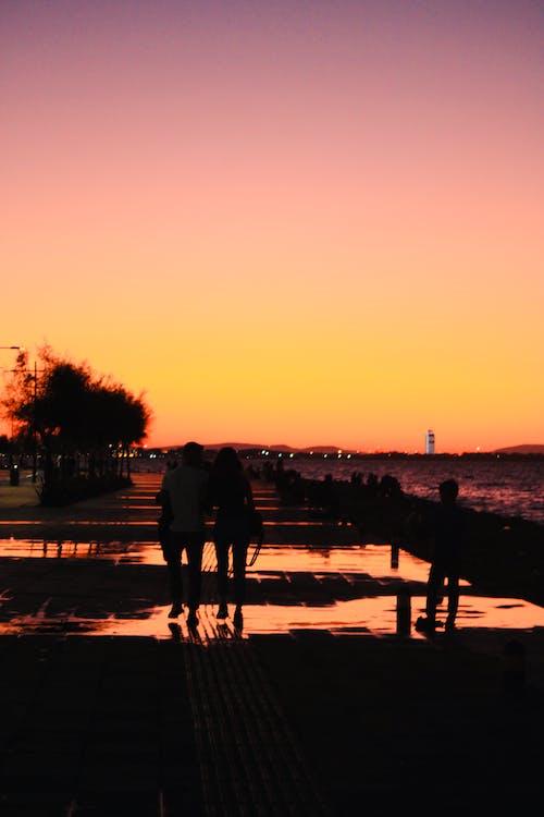 Darmowe zdjęcie z galerii z chodzący ludzie, kolor pomarańczowy, krajobraz, niebo zachód słońca