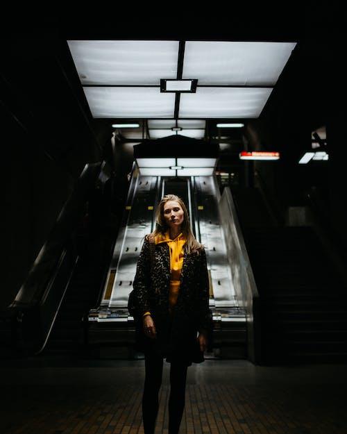 Δωρεάν στοκ φωτογραφιών με άνθρωπος, αρχιτεκτονική, γυναίκα, διάδρομος