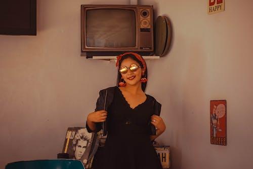 Gratis arkivbilde med fjernsyn, hodeplagg, kvinne, modell