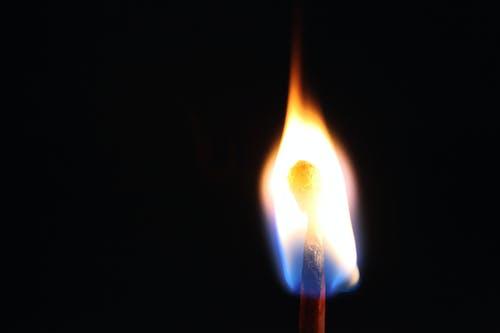 Photos gratuites de allumé, allumette, arrière-plan noir, brûler