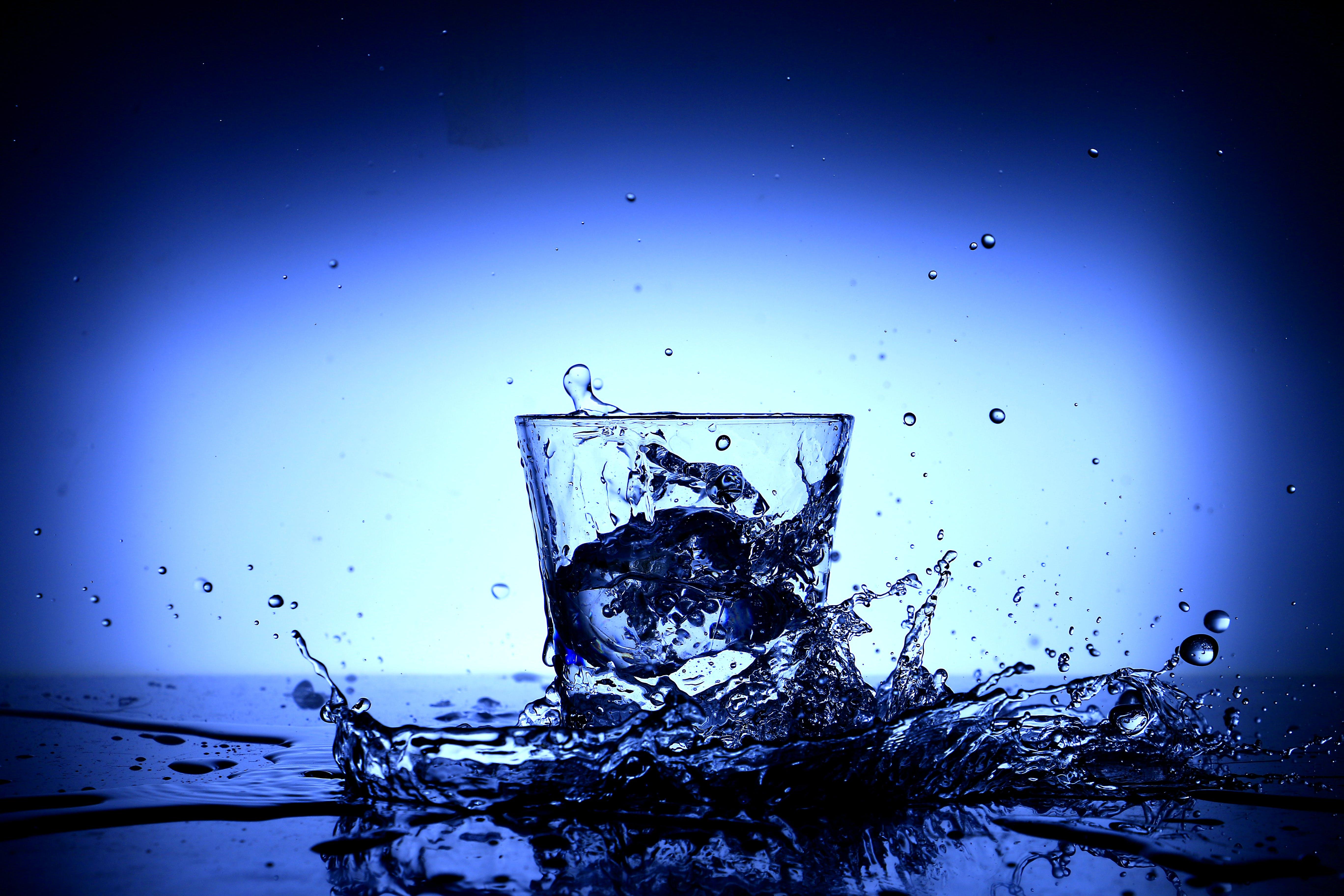 Foto profissional grátis de água, arte, borrifar, claro
