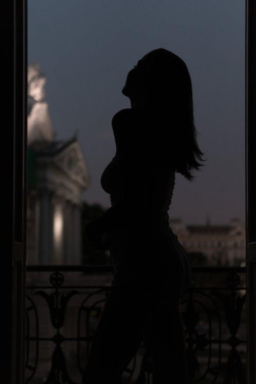 Безкоштовне стокове фото на тему «Дівчина, жінка, Ліхтарі, місто»