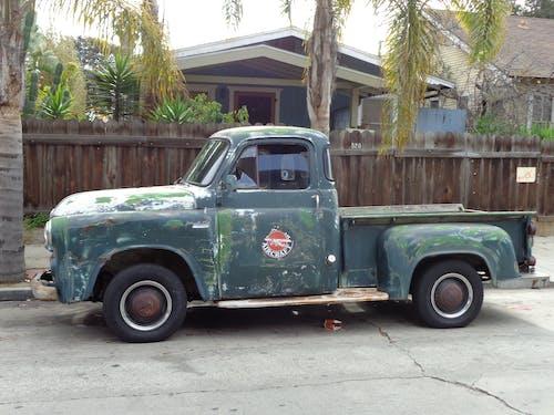 kamyon, klasik araba içeren Ücretsiz stok fotoğraf